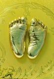 Litet barns guld- tryck för fot i murbruk Royaltyfri Fotografi