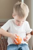 Litet barnskalningsapelsin Arkivbild