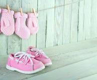 Litet barnskor på trätappningbakgrund Royaltyfria Bilder