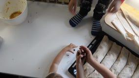 Litet barnungar som tar russin ut ur en krus stock video