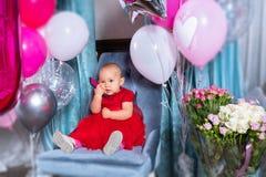 Litet behandla som ett barn flickan som firar hennes första födelsedag arkivbild