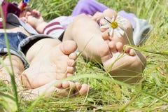 Litet behandla som ett barn fot på gräs Royaltyfria Foton