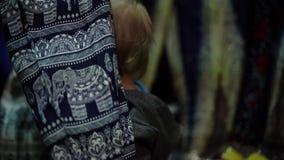 Litet behandla som ett barn i shoppar lek med kläder lager videofilmer
