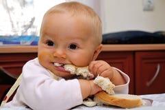 Litet behandla som ett barn matning Royaltyfria Bilder