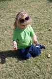 Litet behandla som ett barn pojken med den lyckliga framsidan på grönt gräs Arkivfoton