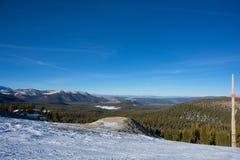 Litet belopp av snö och landskap av kolossala sjöar Arkivfoto