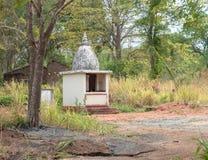 Litet buddistiskt kapell i mitt av skogen Arkivbild