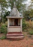 Litet buddistiskt kapell i mitt på Sri Lanka Arkivbilder