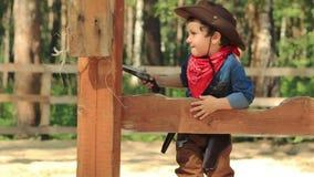 Litet cowboysammanträde på ett trästaket stock video