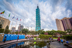 Litet damm i det Xinyi området och Taipei 101, i Taipei, Tai Royaltyfri Foto