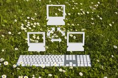 Litet datornät i trädgård Royaltyfri Fotografi