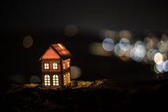 Litet dekorativt hus, härlig festlig stilleben, gulligt litet hus på natten, bakgrund för bokeh för nattstad verklig, lycklig vin fotografering för bildbyråer