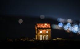 Litet dekorativt hus, härlig festlig stilleben, gulligt litet hus på natten, bakgrund för bokeh för nattstad verklig, lycklig vin royaltyfria bilder