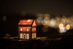 Litet dekorativt hus, härlig festlig stilleben, gulligt litet hus på natten, bakgrund för bokeh för nattstad verklig, lyckligt vi royaltyfria foton