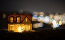 Litet dekorativt hus, härlig festlig stilleben, gulligt litet hus på natten, bakgrund för bokeh för nattstad verklig, lyckligt vi royaltyfri bild