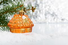 Litet dekorativt hus i snön arkivfoto