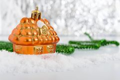 Litet dekorativt hus i snön royaltyfria bilder