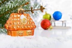 Litet dekorativt hus i snön arkivbilder