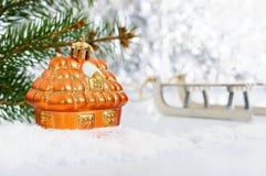 Litet dekorativt hus i snön royaltyfri fotografi
