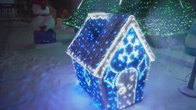 Litet dekorativt hus nära julgranen, det fria, 4k stock video