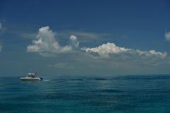 Litet dykapparatfartyg på tropiskt vatten Royaltyfria Bilder