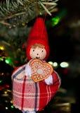 Litet elsassiskt tecken i julgranen Royaltyfri Foto