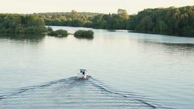 Litet ensamt motoriskt fartyg längs floden lager videofilmer