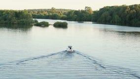 Litet ensamt motoriskt fartyg längs floden arkivfilmer