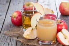 Litet exponeringsglas med ny äppelmust Arkivbild