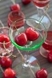 Litet exponeringsglas med nya körsbär Royaltyfri Fotografi
