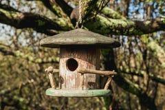 Litet fågelhus i trädgården Royaltyfria Foton