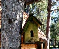 Litet fågelhus vid stugan i trät fotografering för bildbyråer