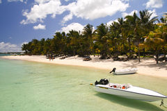 Litet fartyg framme av en tropisk strand Royaltyfri Fotografi