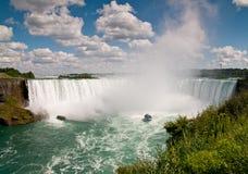 Litet fartyg (hembiträdet av misten) nedanför Niagaraet Falls Fotografering för Bildbyråer