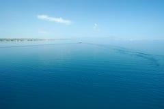 Litet fartyg i avstånd på det öppna havet Arkivbilder