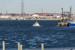 Litet fartyg i den New Bedford hamnen Arkivfoto