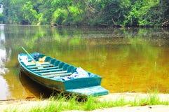 Litet fartyg i floden arkivfoto