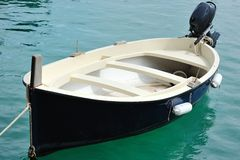 Litet fartyg i porten av Cetara, Amalfi kust Royaltyfria Foton