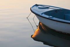Litet fartyg i soluppgånglampa Royaltyfri Bild