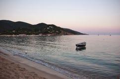 Litet fartyg, Marina di Campo strand, Elba ö Fotografering för Bildbyråer