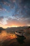 Litet fartyg n Perast. Fjärd av Kotor, Montenegro arkivbild
