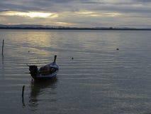 Litet fartyg och det lugna havet i morgonhimlen Fotografering för Bildbyråer