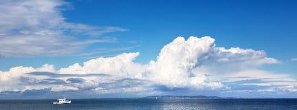 Litet fartyg och stor himmel royaltyfri fotografi