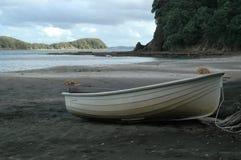 Litet fartyg på den sandiga stranden Arkivbilder