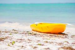 Litet fartyg på det vita sandiga tropiska strand- och turkoshavet Arkivfoton