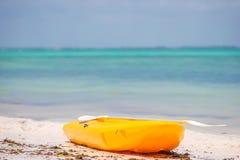 Litet fartyg på det vita sandiga tropiska strand- och turkoshavet Royaltyfria Foton