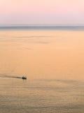 Litet fartyg på ett stort hav Fotografering för Bildbyråer