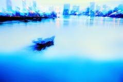 Litet fartyg på floden Fotografering för Bildbyråer