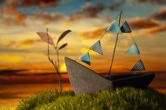 Litet fartyg på mossan på solnedgången Arkivfoton