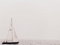 Litet fartyg på sjön royaltyfria bilder